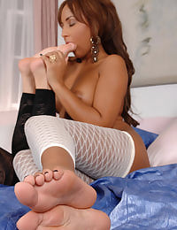 Kayla, Zafira licking feet