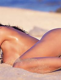 Veronica Zemanova in shows off her unbelievable natural body at the beach