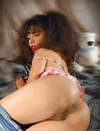 Idoia dressed in jeans makes a pumping pussy session untill her kitty become very puffy and very juicy