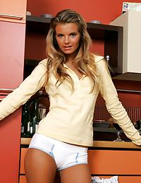 Klara - Kitchen Action